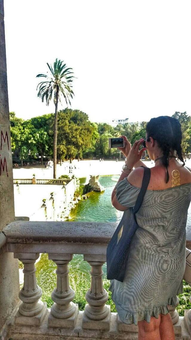 taking-pictures-of-parc-dela-ciutadela-gold-tatoo