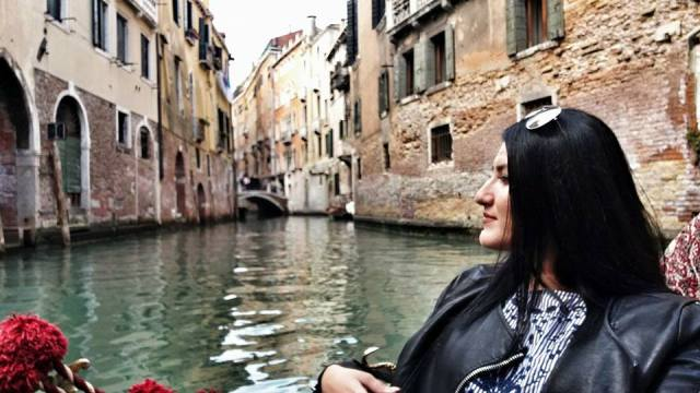 perfect-gondola-ride-at-the-tiny-canals