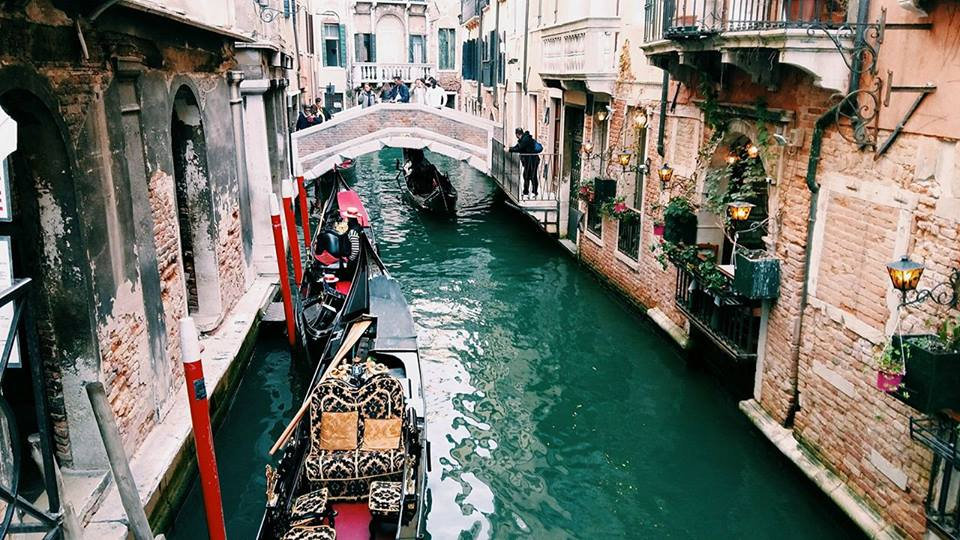 the-most-romantic-angle-of-venice-gondolas-riding