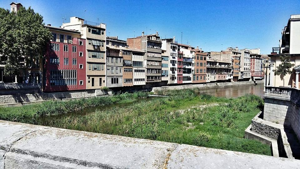 beautiful_riverside_in_girona_colorful_houses