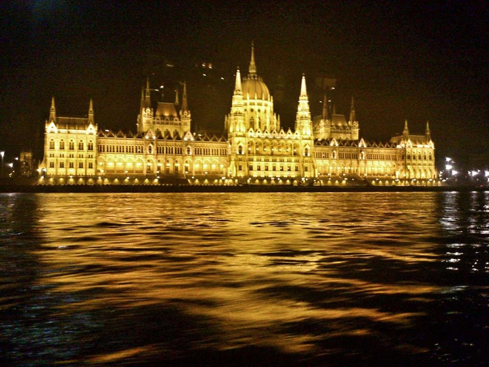 budapest_parliament_bynight