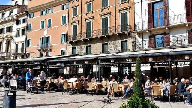 main_restaurant_area_in_piazza_bra