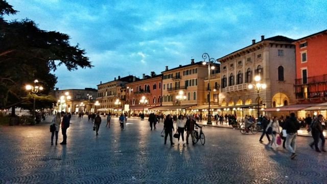 piazza_bra_in_verona_by_night