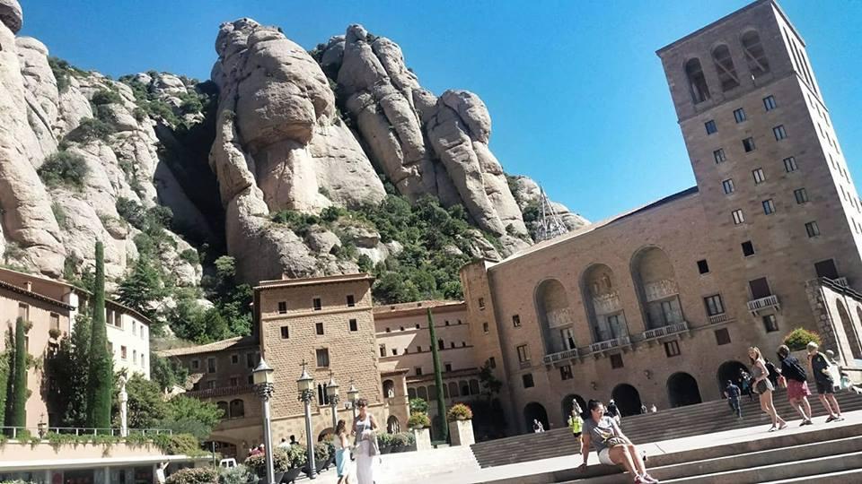 Me_posinng_monastery_montserrat