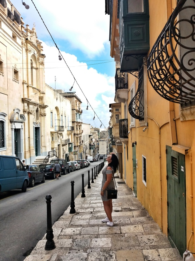 Narrow_street_colorful_house_Valletta
