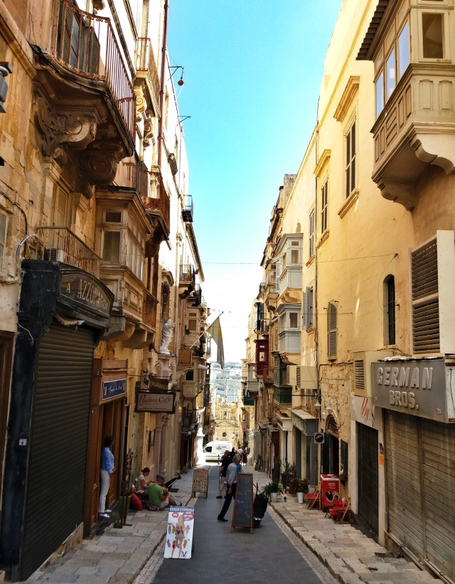Tiny_narrow_street_architecture_Valletta