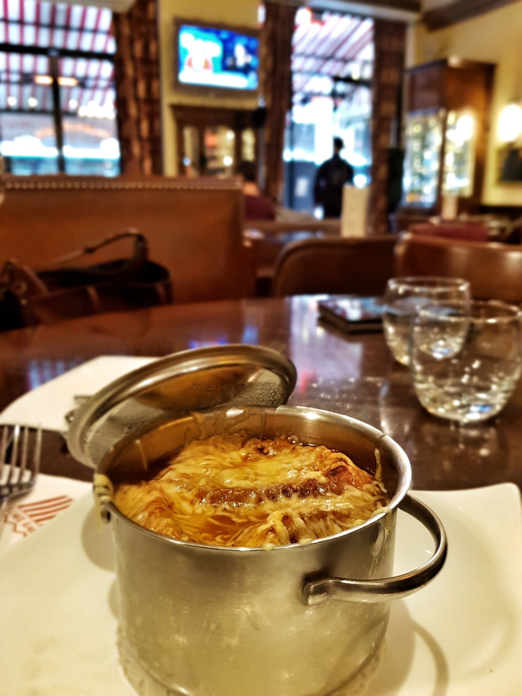 french_onion_soup_parisian_cafe