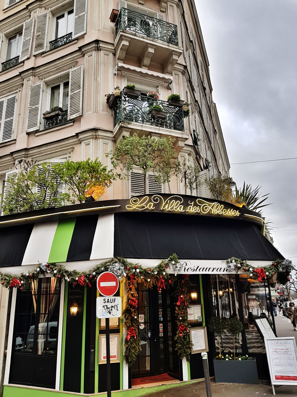 paris_parisian_corner_cafe