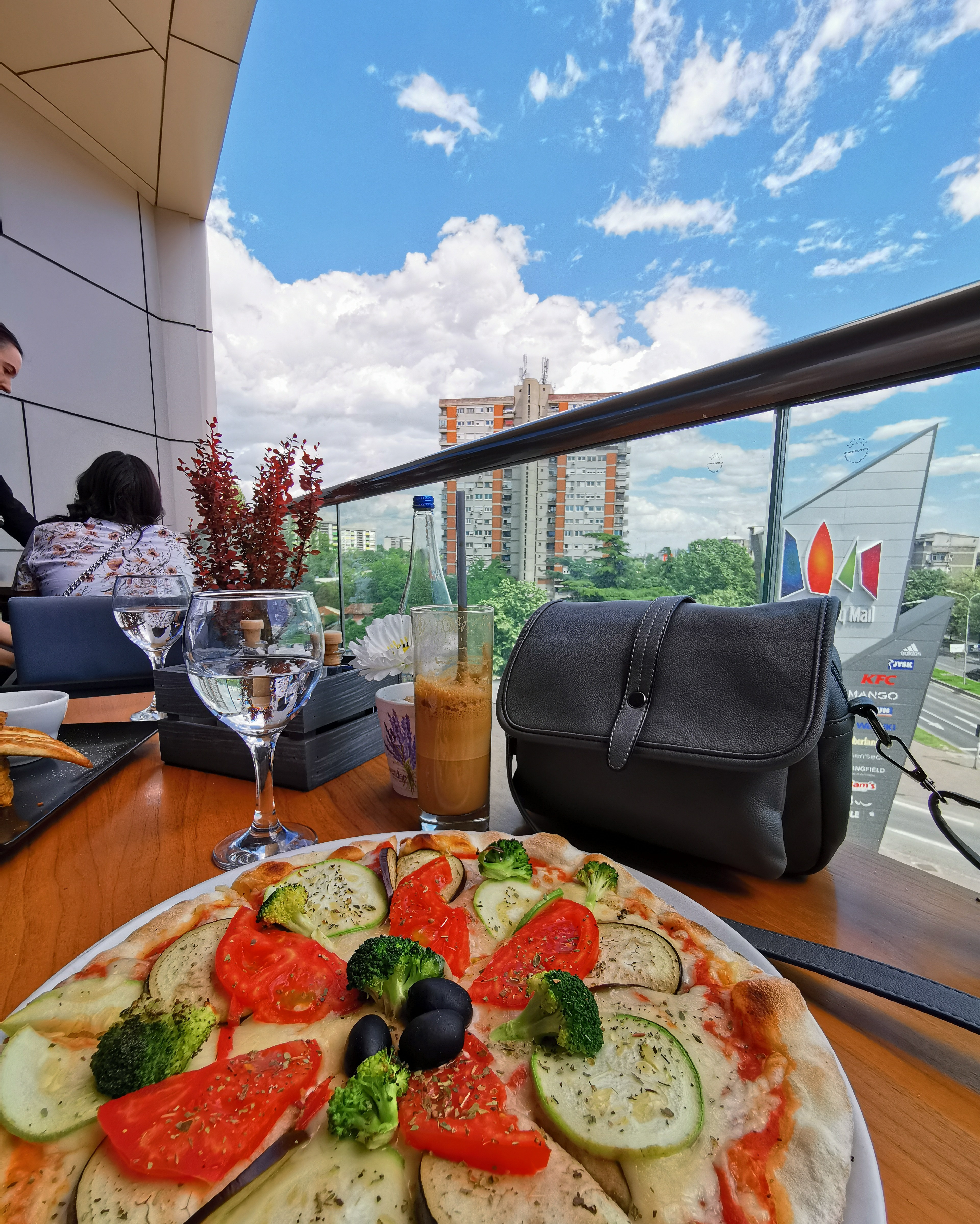 veneto_skopje_citymall_pizza_rosegalgreybag_lunchwithview