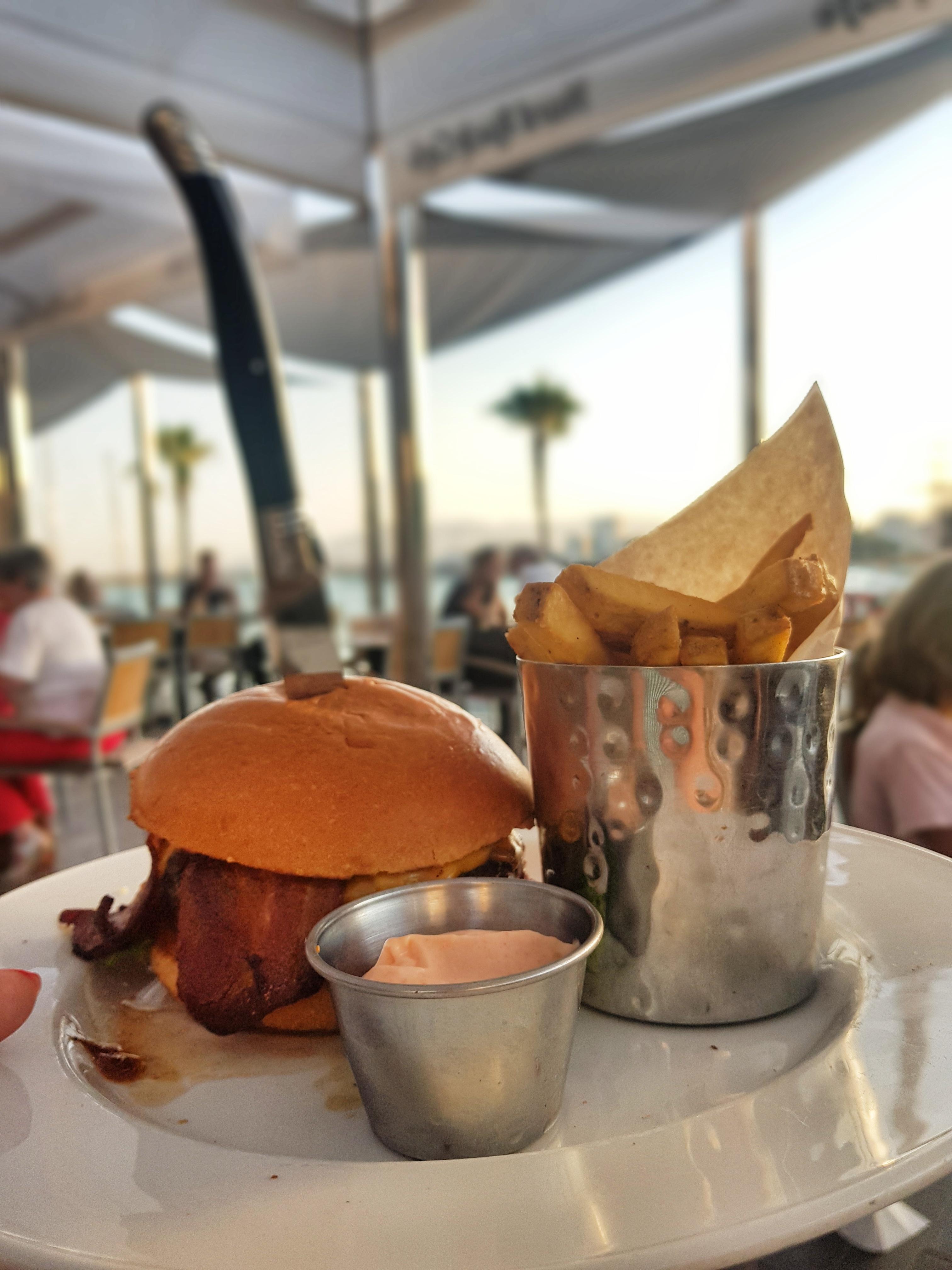 hardrockcafe_malaga_tooftoprestaurant_hardrockburger